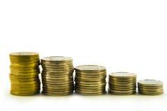 Деньги, стог монеток на белой предпосылке чеканит сбережениа кучи дег рук принципиальной схемы защищая Доверие в будущем банкротс Стоковое Изображение RF