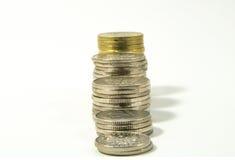 Деньги, стог монеток на белой предпосылке чеканит сбережениа кучи дег рук принципиальной схемы защищая расти дела Доверие в будущ Стоковые Фотографии RF
