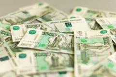Деньги, счеты русского тысячи лежа на таблице стоковые фотографии rf