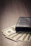 Деньги с кожаным бумажником на таблице Стоковое Фото