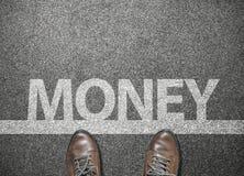 деньги формулировок на улице дороги с ботинками бизнесмена на линии старта Стоковые Фото
