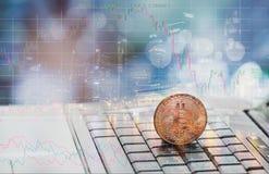 Деньги Bitcoin цифров помещены на клавиатуре ` s тетради стоковая фотография rf
