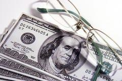 деньги eyeglasses Стоковые Фотографии RF