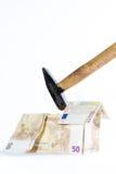Деньг-дом сделанный из банкнот и молотка Стоковые Изображения