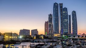 День Абу-Даби Марины Bateen Al к timelapse ночи с современными небоскребами на предпосылке акции видеоматериалы