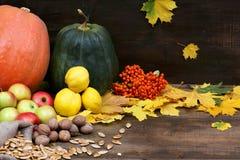 День благословения Тыквы, яблоки, гайки, семена, ах на деревянном Стоковое Изображение RF