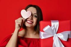 День Валентайн - мечтать милая женщина стоковое фото rf