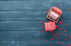 День валентинок над деревянной предпосылкой Стоковые Фотографии RF