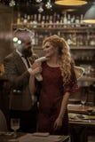 День валентинок с сексуальной женщиной и бородатым человеком Дата пар в романтичных отношениях, влюбленности семьи Деловая встреч стоковая фотография rf