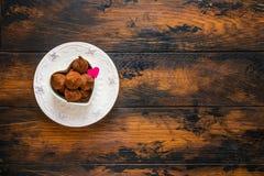 День валентинки, белые винтажные плиты, помадки и сердца сделанные от красной бумаги и заскрежетанного шоколада Стоковое Изображение