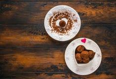 День валентинки, белые винтажные плиты, помадки и сердца сделанные от красной бумаги и заскрежетанного шоколада Стоковая Фотография RF