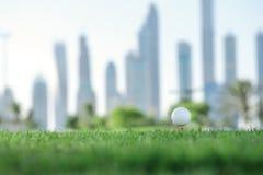 День гольфа Шар для игры в гольф на тройнике для шара для игры в гольф на gree Стоковые Фотографии RF