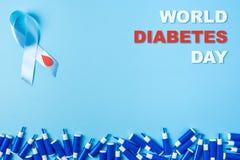 День диабета мира надписи, осведомленность голубой ленты с красным падением крови и линия ланцетов на голубой предпосылке иллюстрация штока