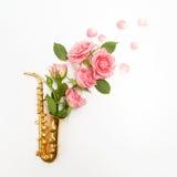 День джаза Саксофон с цветками Плоское положение, взгляд сверху Стоковое фото RF