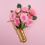 День джаза Саксофон с цветками Плоское положение, взгляд сверху Стоковые Фотографии RF