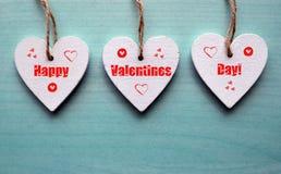 день карточки приветствуя счастливые valentines Декоративные белые деревянные сердца на голубой деревянной предпосылке Стоковые Изображения RF