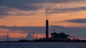 День к упущению nighttime электростанции, производит электричество для промышленных, близко океана или моря с излучением для того видеоматериал