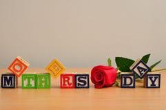 День матерей сказанный по буквам с красочными блоками алфавита Стоковое Изображение