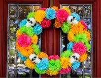 День мертвого венка на двери с деревом и районом отразил в скошенном стеклянном окне Стоковое фото RF