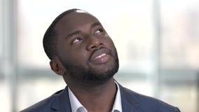 День мечтая черная сторона бизнесмена в ярком офисе сток-видео