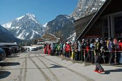 день наслаждается первыми лыжниками лыжи Стоковые Фото
