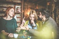День на кафе Друзья имея переговор Стоковые Изображения