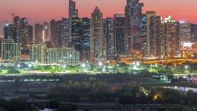 День небоскребов и поля для гольфа башен озера Jumeirah к timelapse ночи, Дубай, Объениненным Арабским Эмиратам сток-видео