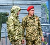 День независимости в улице Khreshchatyk в Kyiv, Украине Украинские ратники, герои зоны ATO редакционо 08 24 2017 Стоковое Изображение