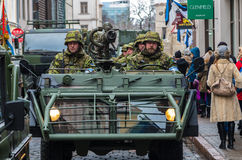 День независимости и силы обороны проходят парадом с войсками Стоковое Изображение