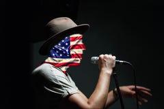 День независимости США Концепция: пропаганда американского образа жизни, патриотизм Персона говорит в микрофон, u Стоковая Фотография