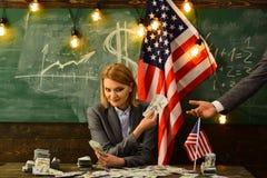День независимости США Планирование дохода политики увеличения бюджета Женщина с деньгами доллара для взятки развращение стоковые изображения rf