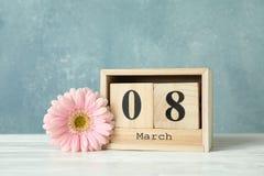 День 8-ое марта ` s женщин с деревянным календарем блока мати дня счастливые стоковые фотографии rf