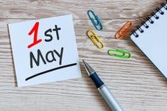 День 1 1-ое мая может месяц, календарь на предпосылке офиса Время весны, международный День Трудаа Стоковая Фотография