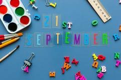 День 21 21-ое сентября месяца, назад к концепции школы Календарь на предпосылке рабочего места учителя или студента с школой Стоковое фото RF