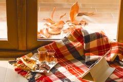 День осени вне окна Уютный натюрморт внутрь стоковые фото
