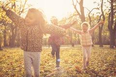 день осени счастливый Дети на парке Стоковая Фотография RF