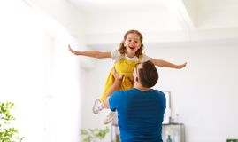 День отца Счастливая дочь семьи обнимает его папы стоковые фотографии rf