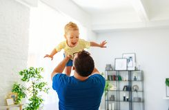 День отца Счастливый сын семьи обнимает его папы стоковое изображение