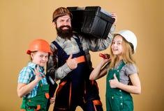 День отцов Сестры помогают построителю отца Наш папа имеет умелые пальцы домашняя реновация Создайте комнату вы действительно хот стоковое изображение