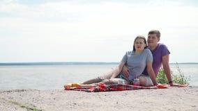 День пикника на каменном пляже сток-видео