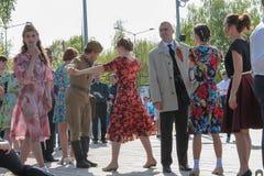 День победы, танцуя в парке дальше может передовица 9 Стоковые Фотографии RF