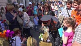 День победы на девятое -го май в Москве, России Люди поздравляют ветеранов, дают цветки акции видеоматериалы