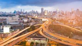 День предпосылки дела пересечения и города шоссе городской к ноче Стоковое Изображение