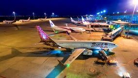 день промежутка времени 4k к самолету ночи транспорта авиакомпаний Malasia в международном аэропорте Куалаа-Лумпур, Малайзии
