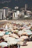 День пляжа толпы Стоковая Фотография