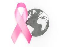 День рака мира: Лента осведомленности рака молочной железы на карте мира Стоковые Изображения RF