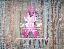 День рака мира: Лента осведомленности рака молочной железы на деревянном Backgr Стоковое Изображение