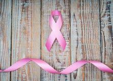 День рака мира: Лента осведомленности рака молочной железы на деревянном Backgr Стоковая Фотография