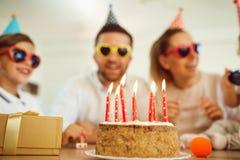 День рождения именниного пирога с свечами Стоковые Изображения RF
