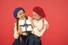 День рождения и подарки на рождество o r небольшие дети девушки с стоковое фото